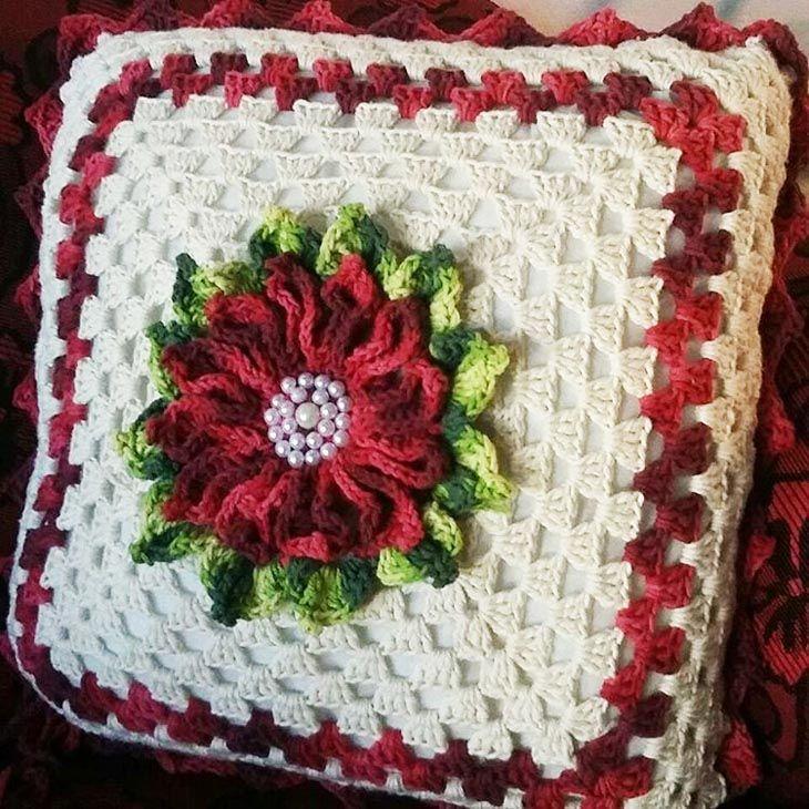 almofada de croche quadrada com flor
