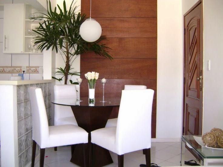 branco e tons de marrom emuma mesa cirucular