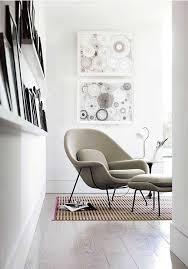cadeira confortavel com quadros brancos para leitura