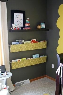 cantinho com estantes amarelas