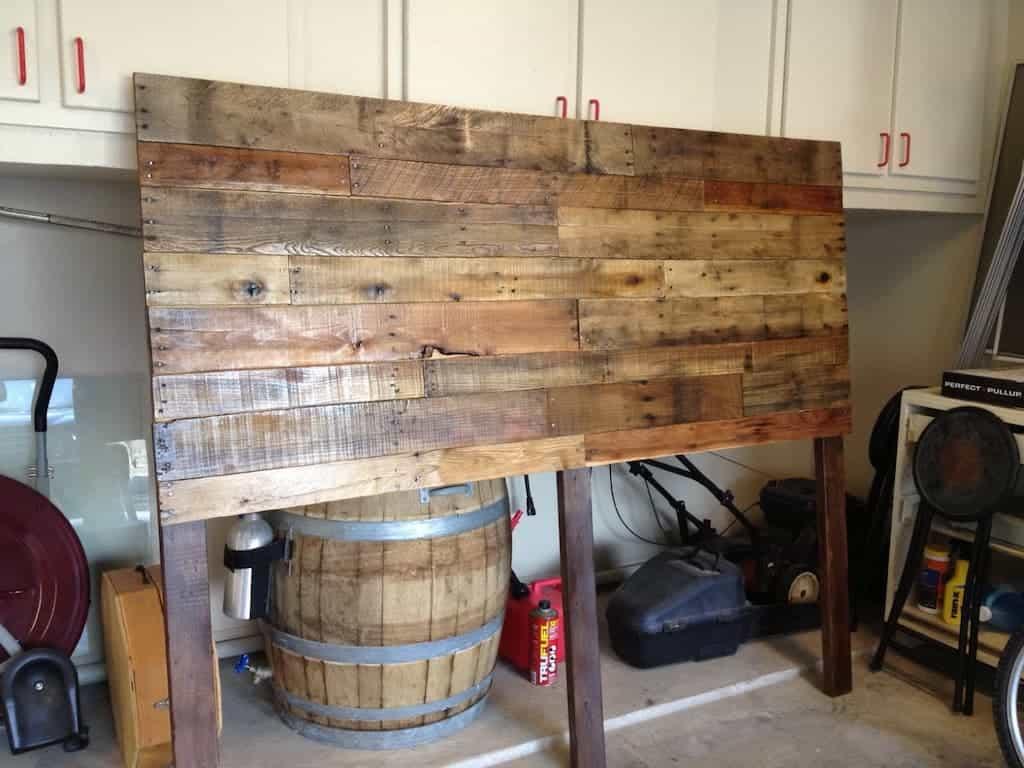 inicio de uma parede em madeira de pallet