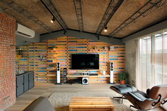 parede detalhada com espaços entre as madeira