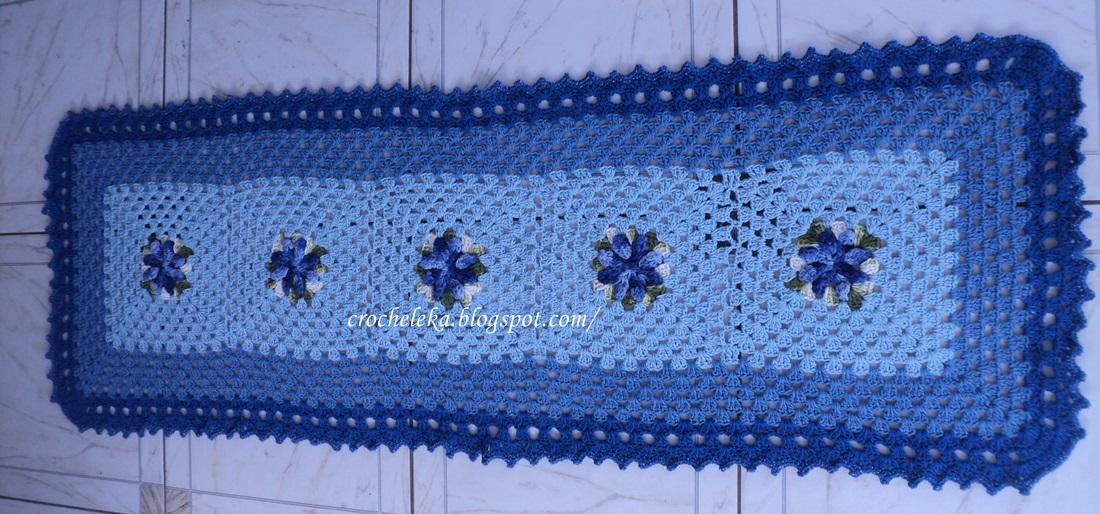 passadeira de croche com flor azul