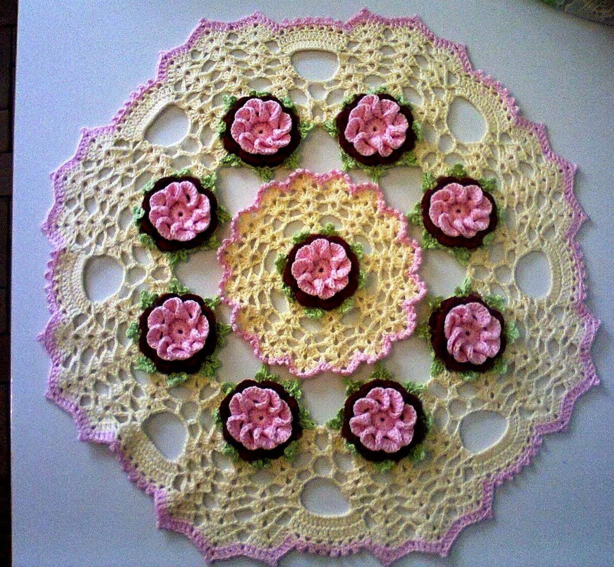 pequens espirais em croche formando flores