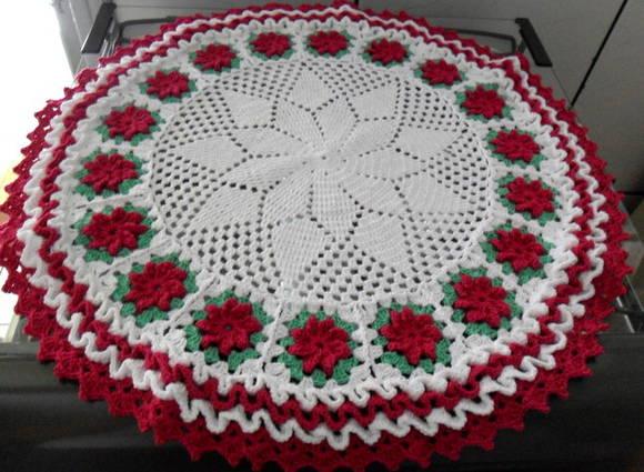 toalha redonda de croche com flores catavento