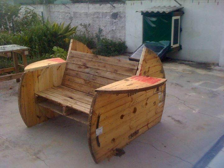 Bancos feitos artesanalmente com madeira reciclada