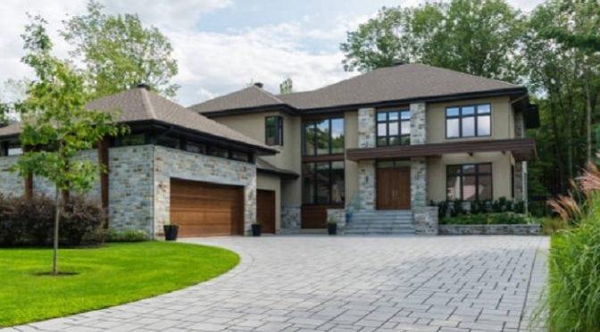 Casa no estilo americano com janeas grandes e entrada ampla