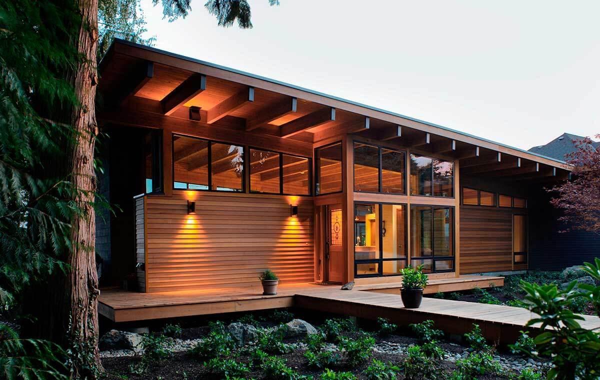 Casa toda feita em madeira com, acabamento em vernizz e telhado escuro