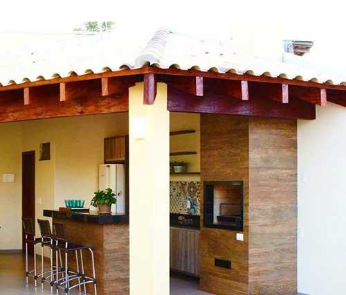 Edicula com telhado dividido e churrasqueira