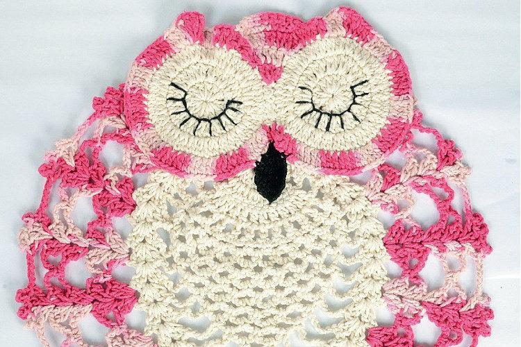 Linda coruja rosa e branca com muitos detalhes