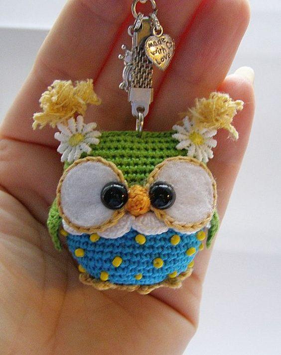 Pequena corujinha de bolso feita com um pouqionho de croche