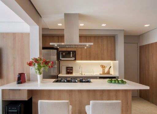 Uma mesa central no apartamento
