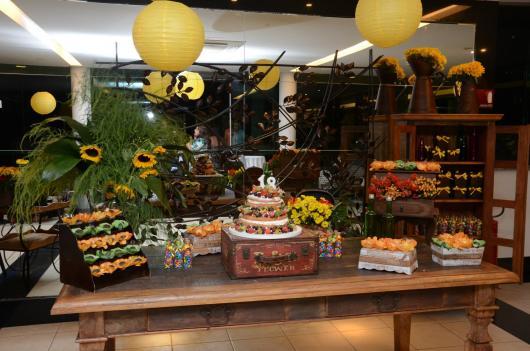 Decoração rustica para festa de 50 anos com tons de amarelo