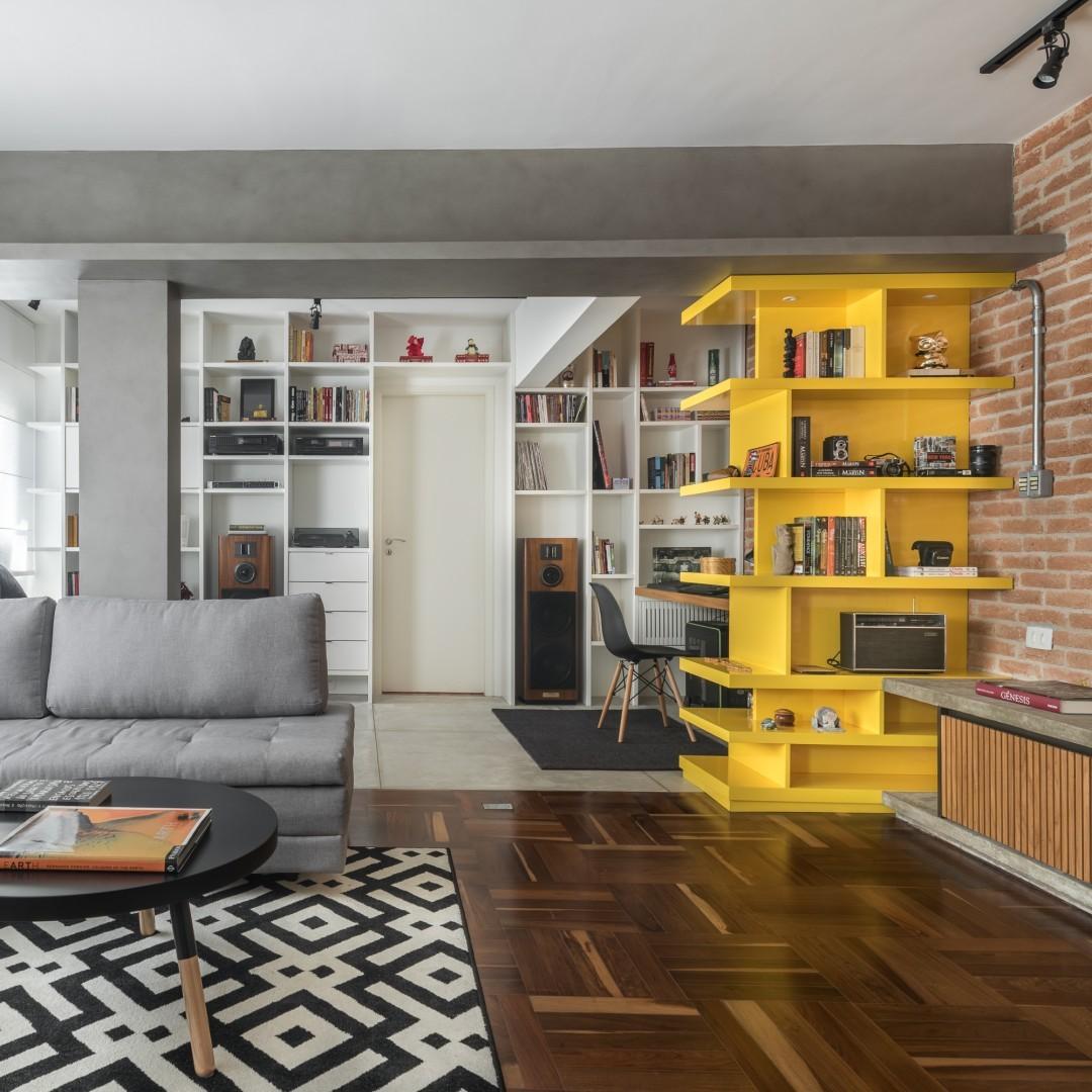 Estante amarela para livros de parede