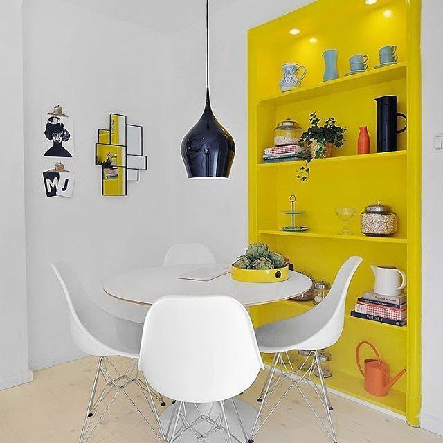 Estante amarela pequena para livros de parede