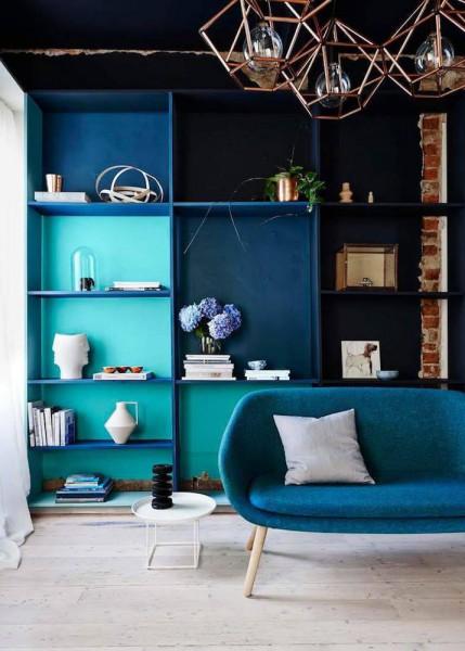 Estante azul para livros de parede com sofa combinando