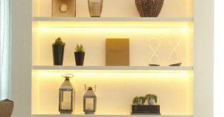 Estante com iluminação na parede