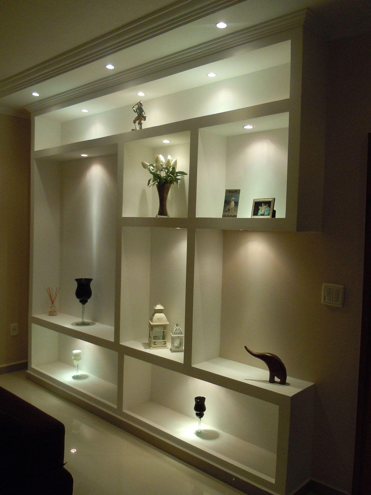 Estante com iluminação na parede da sala