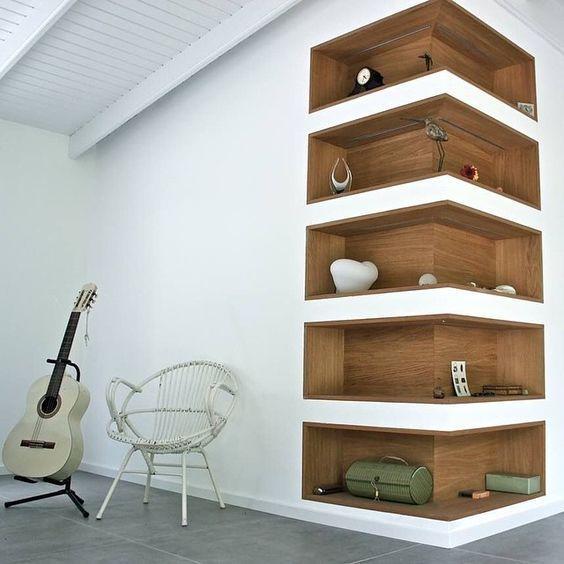 Estante de canto de parede para livros embutida