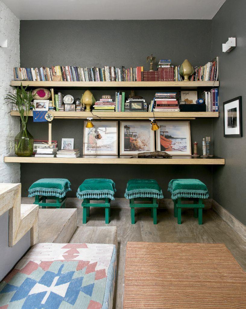 Linda prateleira na sala de leitura