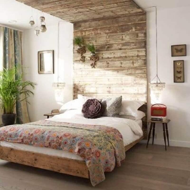 Madeira na cabeçeira da cama