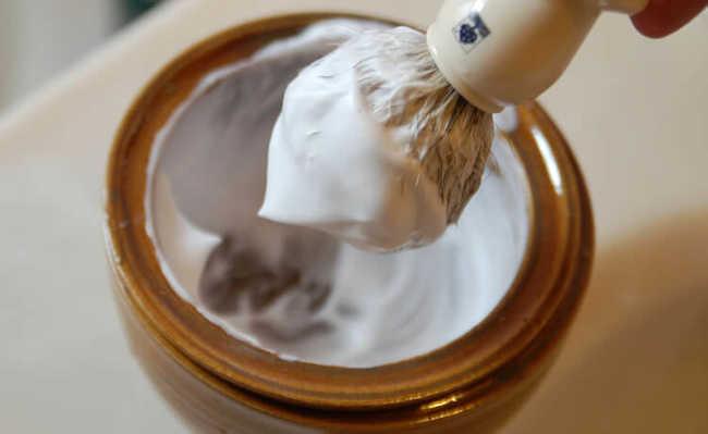 Remova manchas com creme de barbear