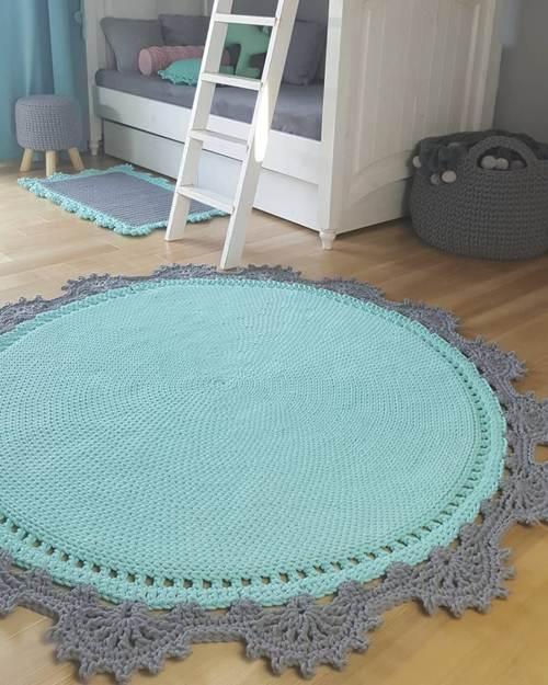 Tapete de crochê redondo e azul na sala