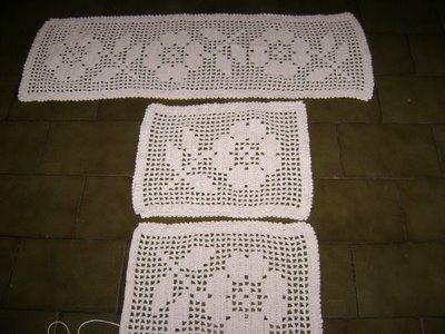 Tapete quadrado em croche com flores brancas