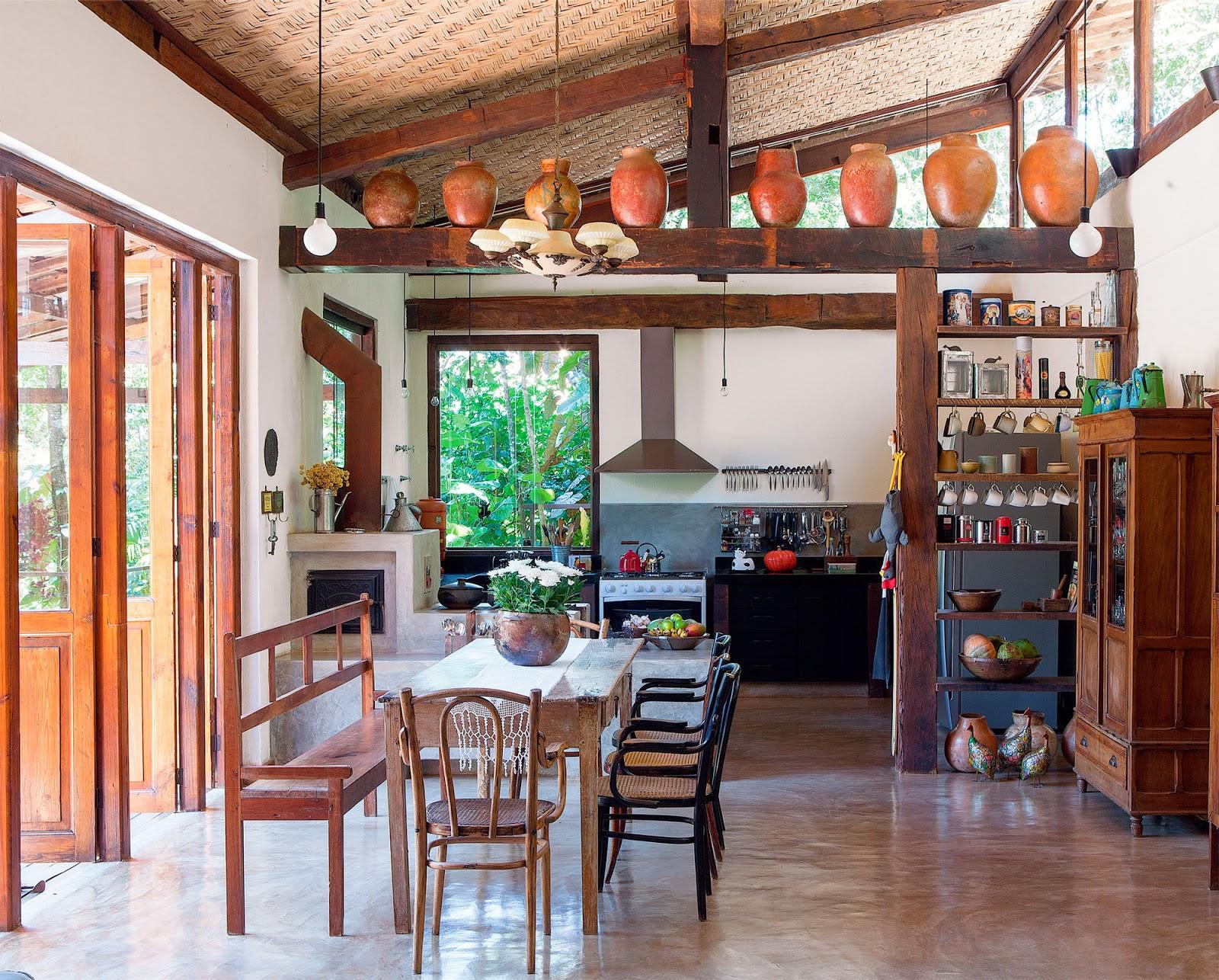 Vasos enfeitando cozinha rustica