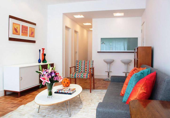 almofadas coloridas na sala