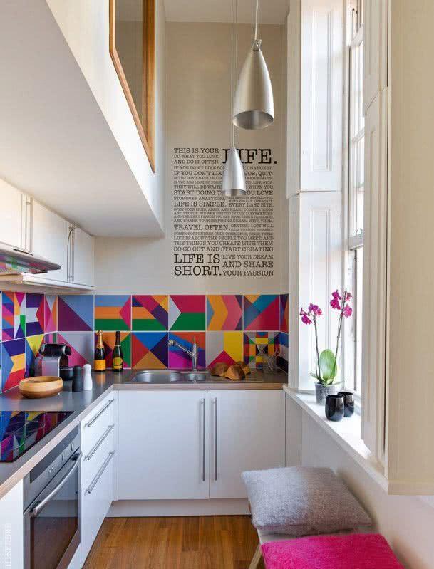 enfeites coloridos para cozinha pequena
