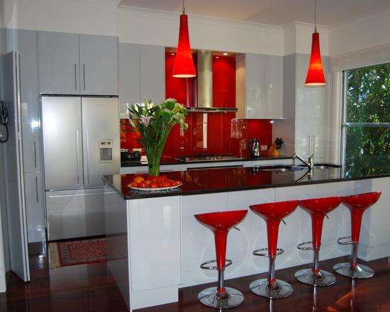 folhagens na cozinha vermelha