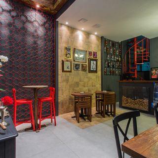 lindo bar com móveis de madeira