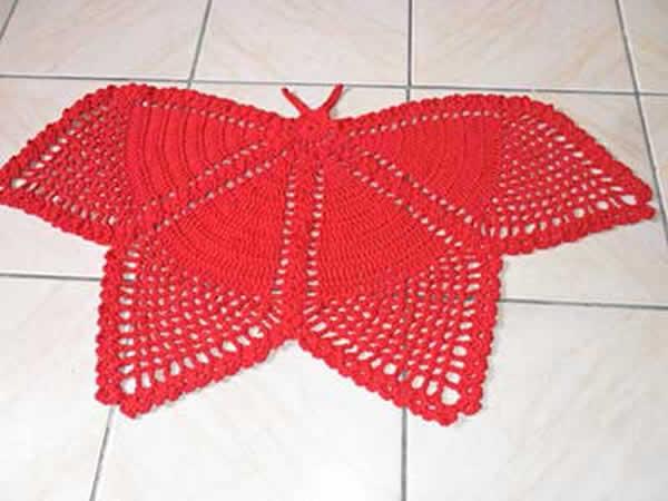 tapete feito em croche em formato de borboleta e vermelho