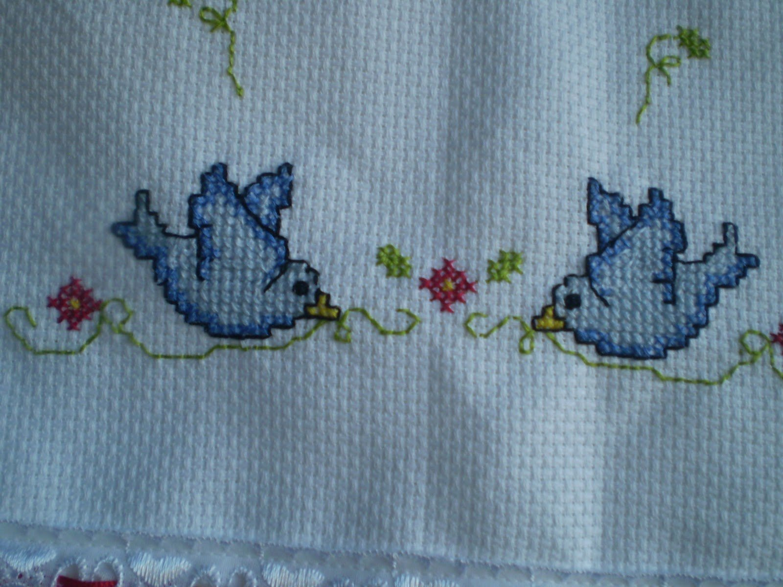 Passarinhos bordados na toalha de banho