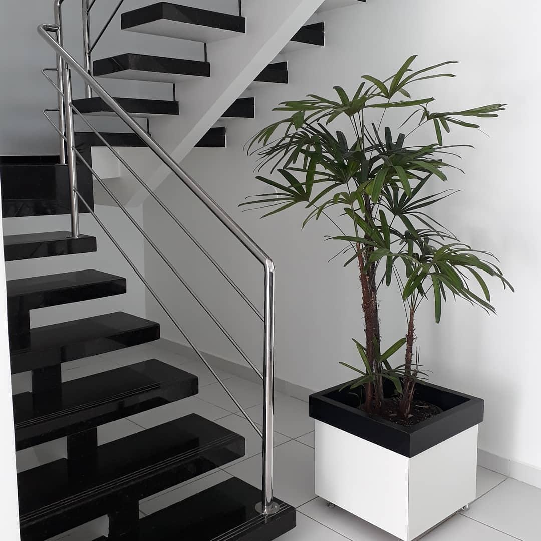 cachepot branco perto da escada