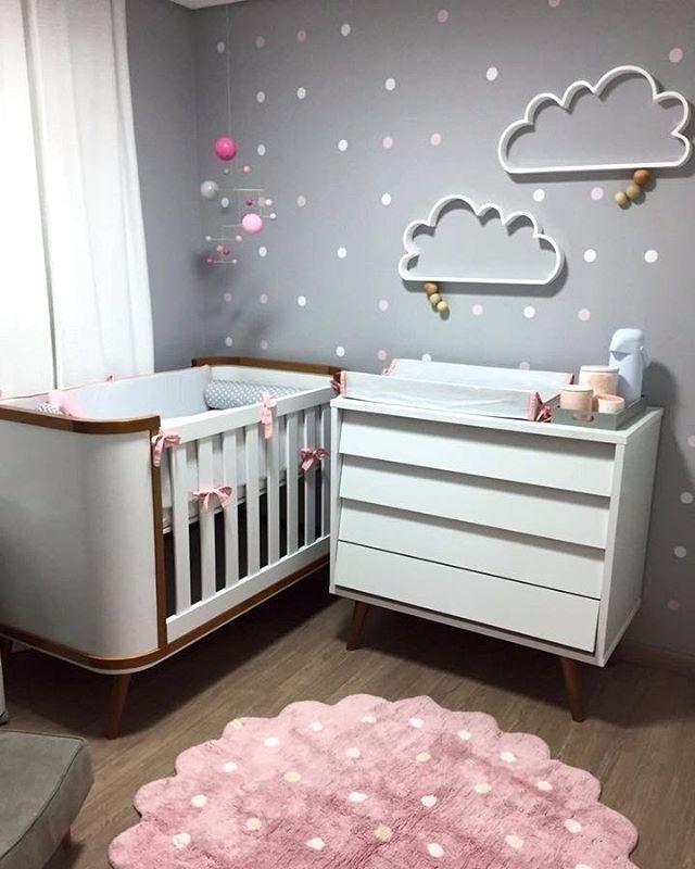decoração enfeitada na parede quarto de bebe feminino