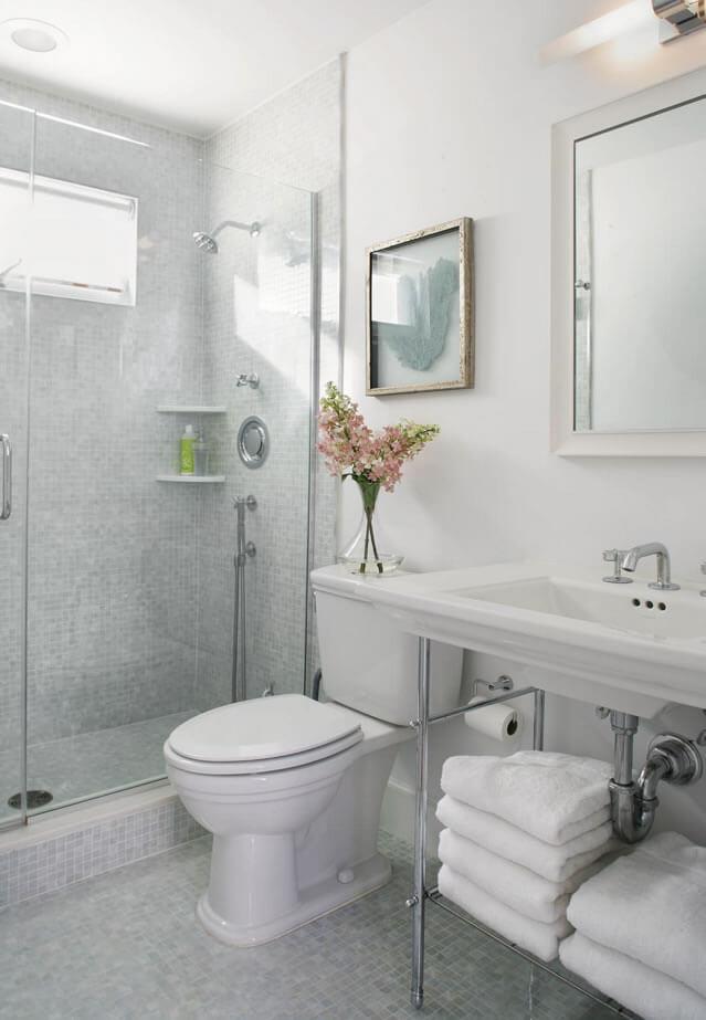 flores lindas em um banheiro pequeno
