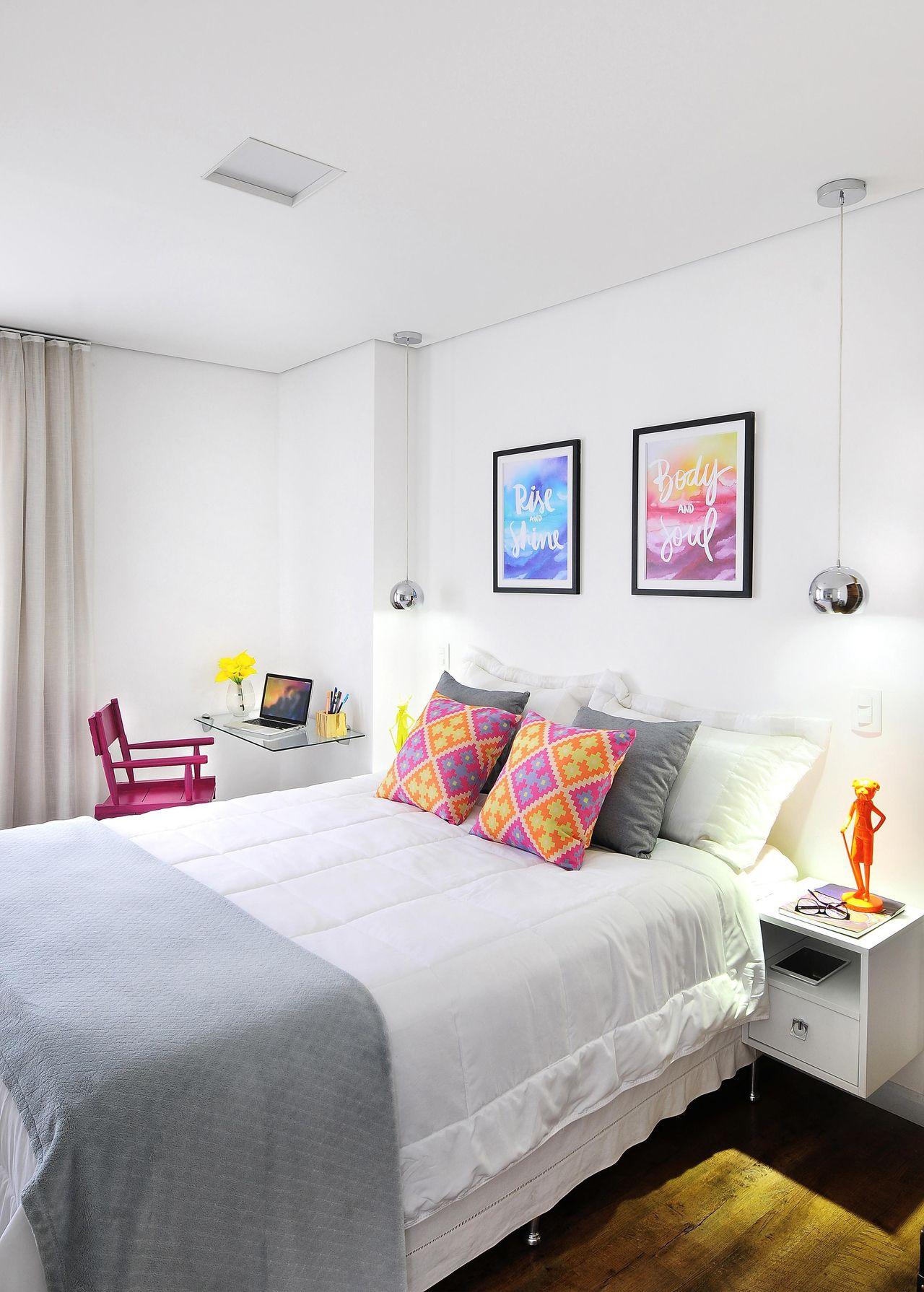 lindos quadros no quarto de casal