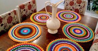 muitas cores no sousplat de crochê