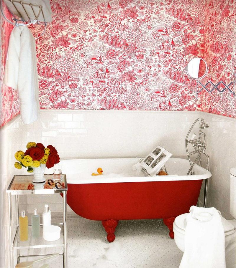Banheira no banheiro em vermelho