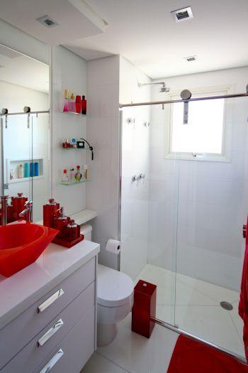 Banheiro com pequenos e discretos tons de vermelho