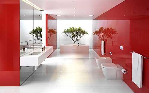 Banheiro grande com tonalidade vermelha reluzente