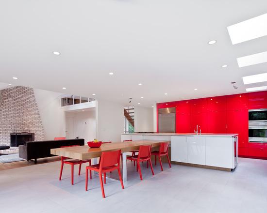 Cadeira avermelhadas em mesa de cozinha