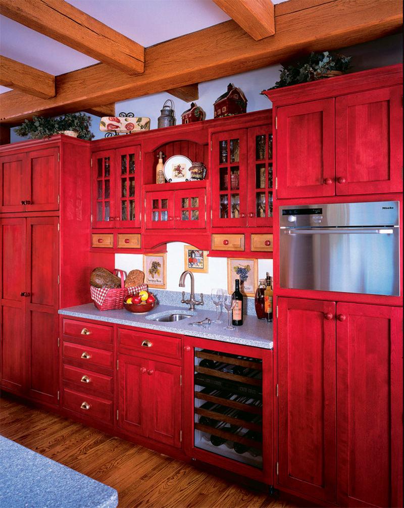 Cozinha com madeira dos móveis pintada em vermelho