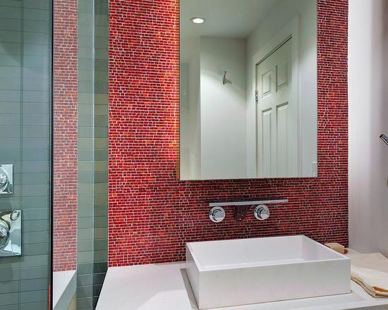 Diferentes tons de vermelho no ladrilho do banheiro