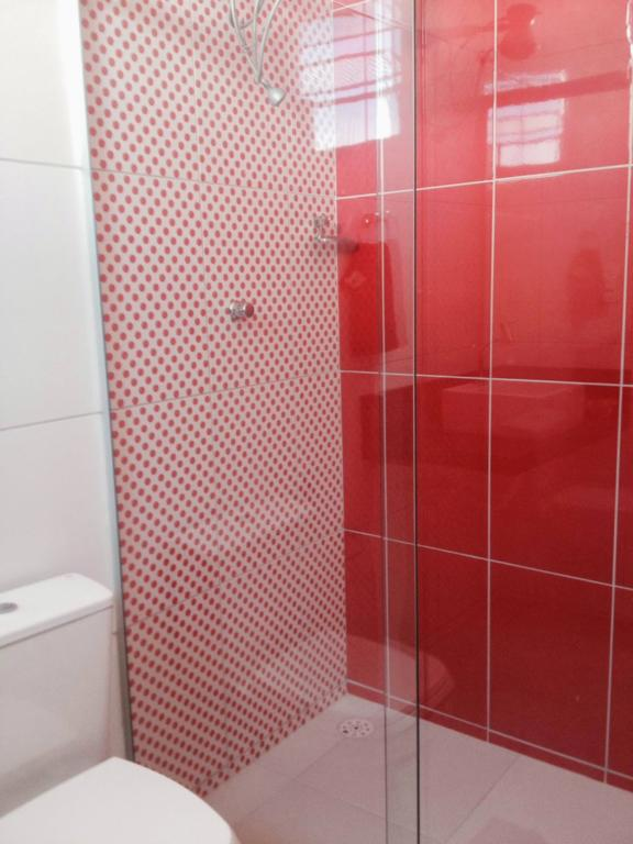 Dois tipos diferentes de vermelho no banheiro