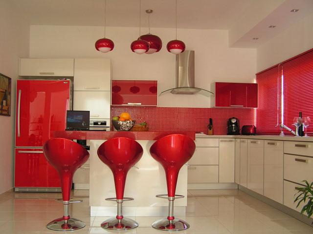 Maior parte da cozinha em vermelho