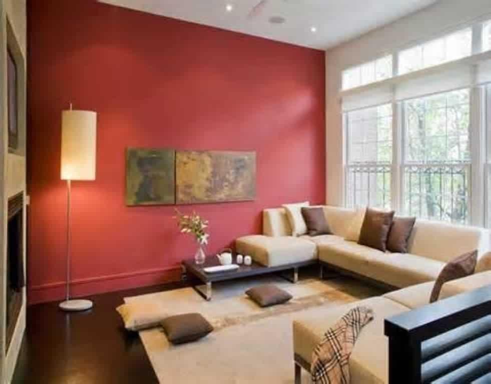 Parede completa em vermelho com sofá pardo de canto