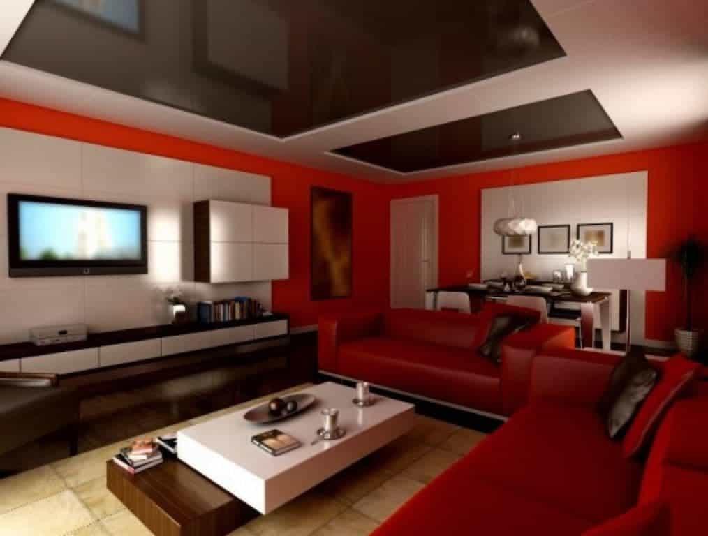 Parede em tom de vermelho com mesa de centro branca com detalhe em marrom
